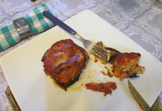 Prato servindo a berinjela a parmigiana