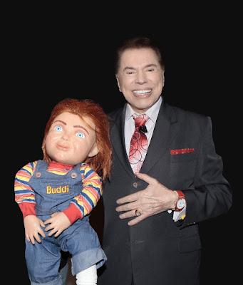 Silvio segura o boneco original Chucky (Divulgação/SBT)