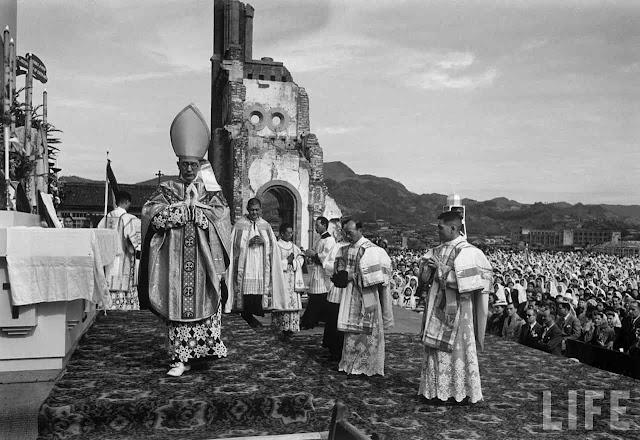 Missa Pontifical Solene diante das ruínas da catedral de Nagaski, 1949