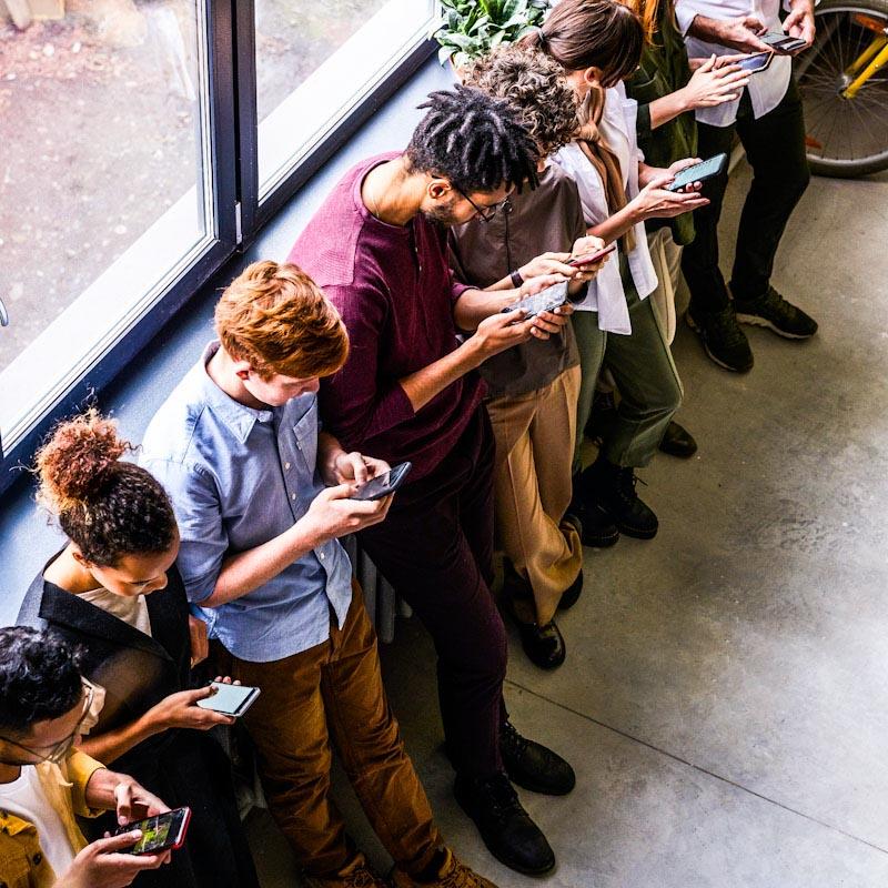 Brasileiros estão entre os que mais demandam celulares pré-pagos, aponta pesquisa