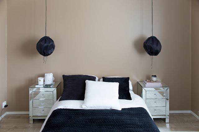 Villa H, sängynpääty haaveita, makuuhuoneen sisustus, peilipintaiset yöpöydät
