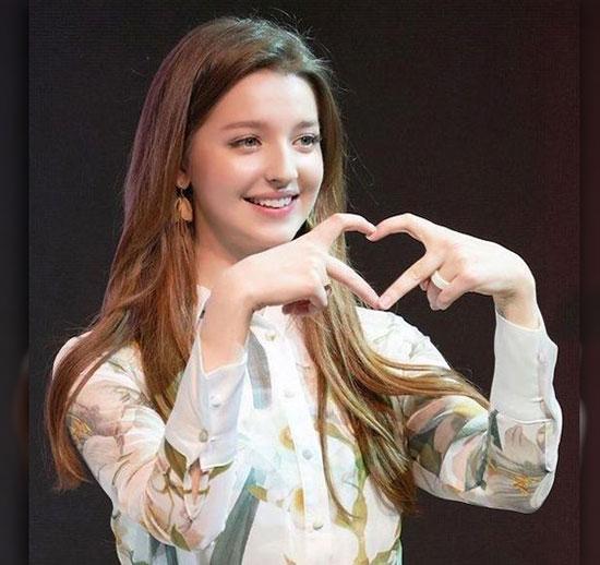 heart with fingers dp ke liye photo