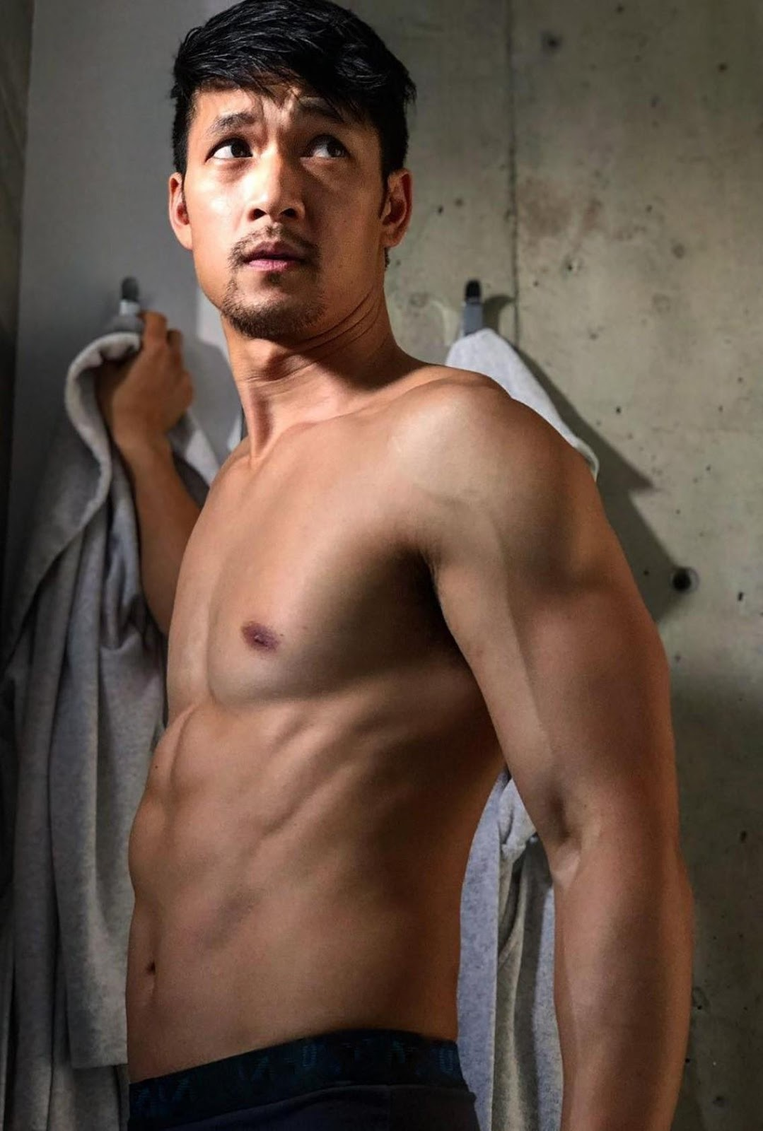 glee-actor-nude-shirtless-fit-body-sexy-asian-hunk-harry-shum-jr-photos