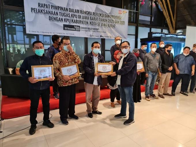 Pilkada Sukses, KPU Depok Raih Tiga Penghargaan