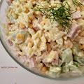 Lekka sałatka z szynką i ogórkiem - 4 składniki + sos