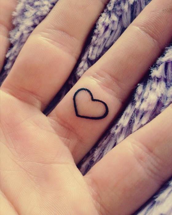 tatuaje corazón chiquito dedos