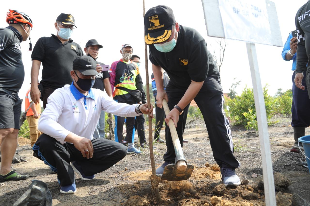 BP Batam Bersama Komunitas Sepeda Batam Menanam 100 Pohon Bersama Komunitas Bersepeda