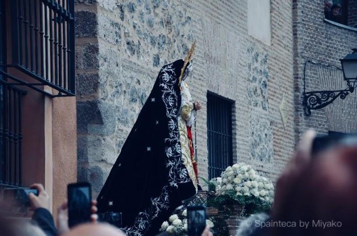 聖週間の宗教祭りでマドリードの旧市街の細い路地から姿を現した聖母マリア像