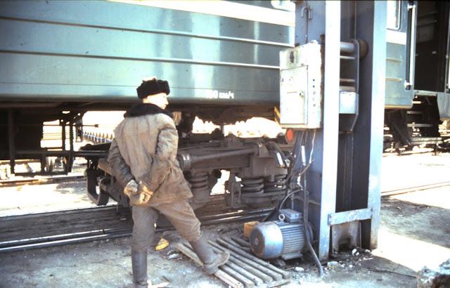 Bahnhof Sabaikalsk und die Umspurung eines Waggons Transsibirischen Eisenbahn 1991