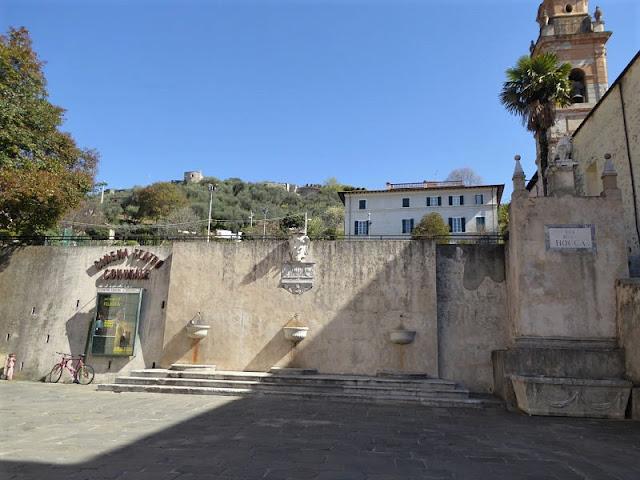 fontana nel centro storico di pietrasanta