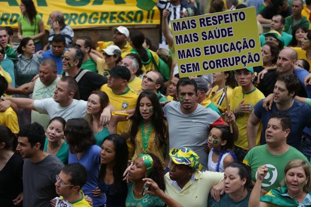 """Das sacadas gourmet dos apartamentos de classe média alta e alta, soavam panelas contra o governo Dilma. No asfalto, vestidos com suas camisetas da CBF como se fossem legítimos patriotas, pediam """"educação e saúde padrão FIFA"""". Derrubado o governo, tudo que conseguiram foi detonar a educação e a saúde públicas, comprometidas agora por um corte no orçamento pelos próximos 20 anos. Não fará diferença para eles: seus filhos estão na escola particular e têm plano de saúde. Hoje, 13 de dezembro, a famigerada PEC do Teto foi aprovada em pleno aniversário de 48 anos do AI-5. Nada mais simbólico."""