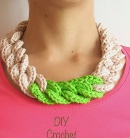 http://chabepatterns.com/free-patterns-patrones-gratis/jewelry-joyeria/crochet-chain-necklace-collar-de-cadena-tejida/