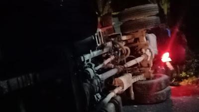Truk Terguling di Sibulue, Sopir dan Penumpang di Larikan ke RS