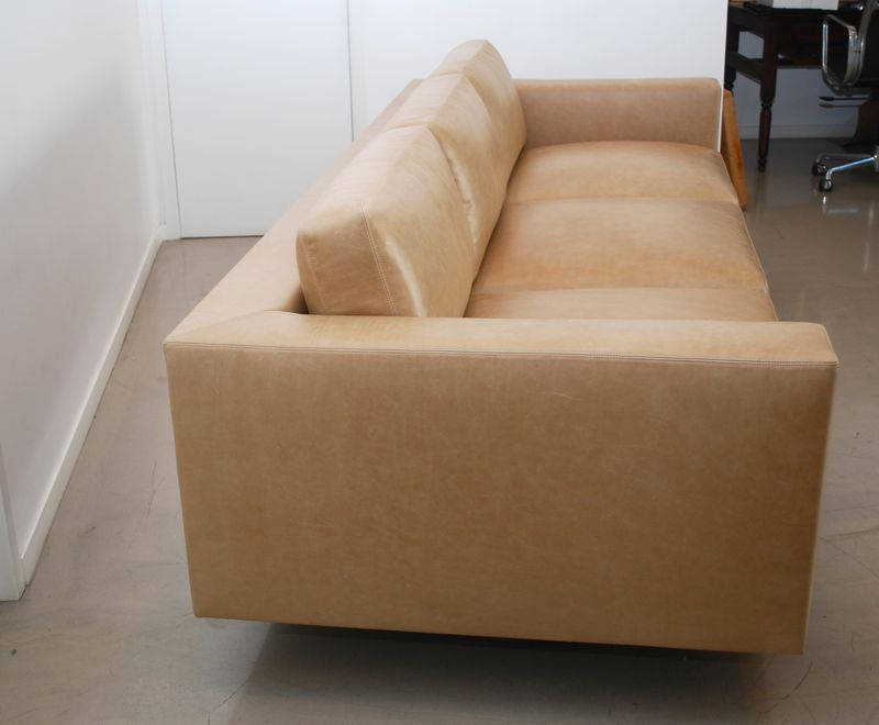 The Style Of This Sofa Is Inspired By Beautiful Design Florence Knoll However Piece Has None Tufting That S Trademark