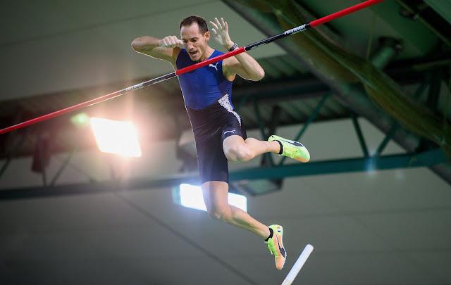 Renaud Lavillenie em salto na prova indoor de Perche en Or