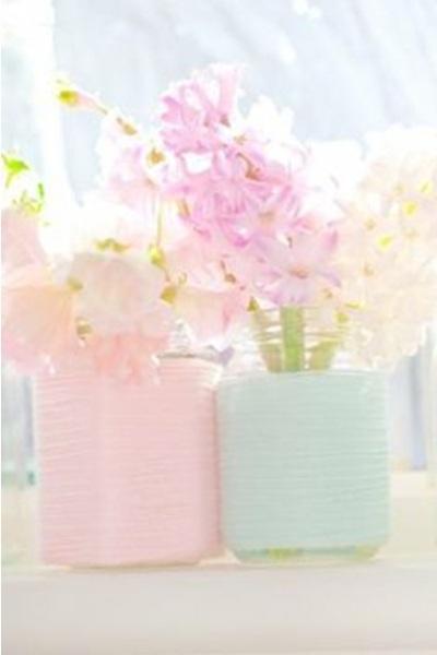 untuk mendapatkan penampilan vas bunga yang shabby chic, tinggal hias toples dengan pita atau kertas sticker warna pink dan biru muda.