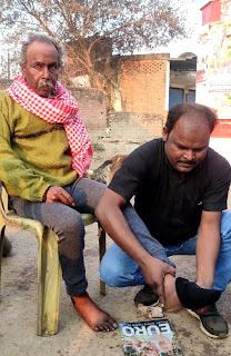 वृद्ध असहाय दिव्यांग की सहायता के लिये आगे आये समाजसेवी राजेश   #NayaSaberaNetwork