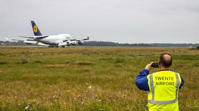 طائرات بوينغ تهبط بمطار هولندي وتتقطع بها السبل