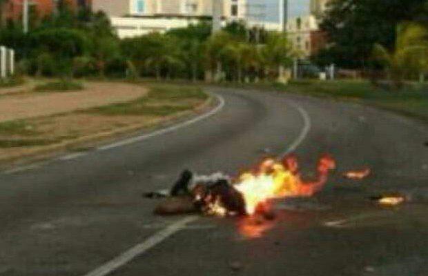 VENEZUELA: Fascistas matan a motorizado con mortero y luego queman y apedrean su cuerpo