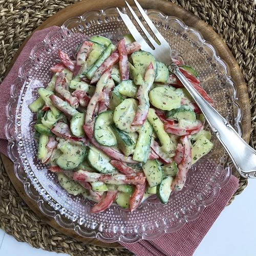 Gurken-Paprika-Salat mit Joghurt-Senf-Dill-Sauce