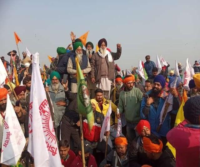 Kisan Tractor March: मुकरबा चौक पर किसान हुए उग्र, दिल्ली पुलिस के जवानों को हटना पड़ा पीछे