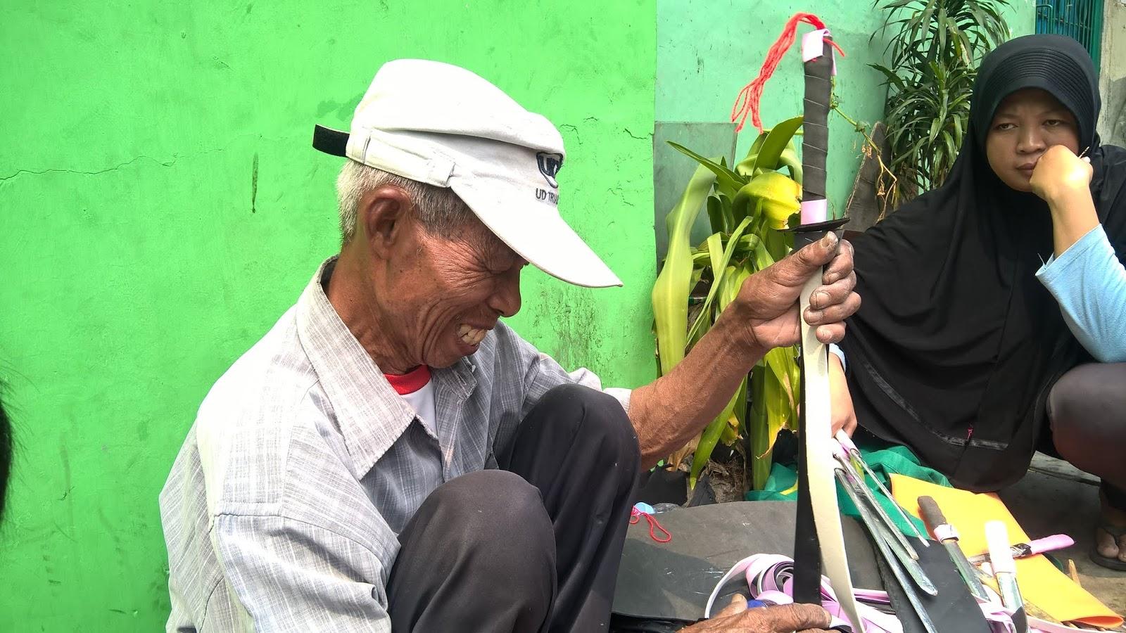 Kakek Penjual Mainan Pedang dari Bambu