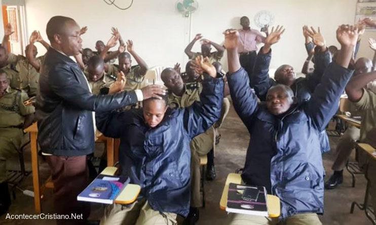 Pastor enseña principios bíblicos a policías en Uganda