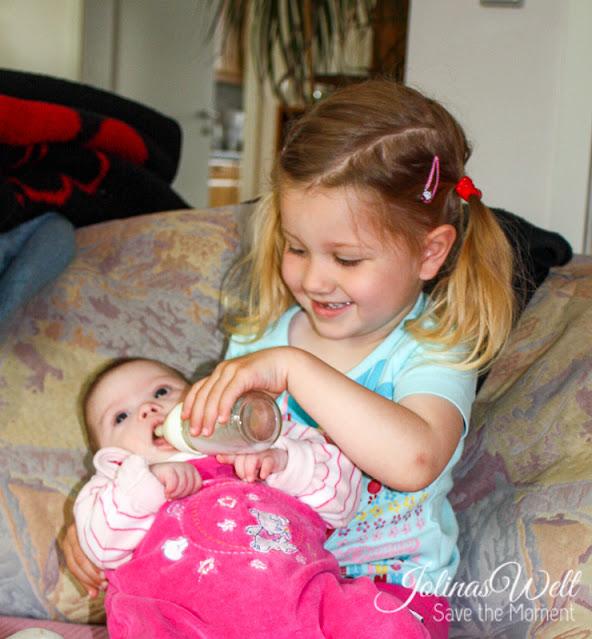 Louisa (3) mit Schwester Jolina (Down-Syndrom, Baby)