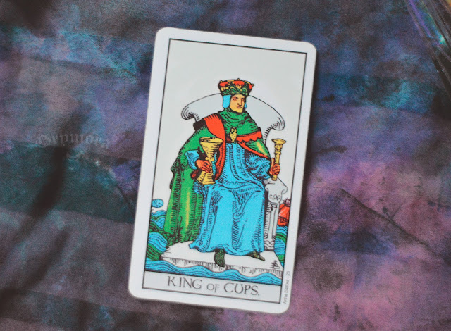 Saiba o significado da Carta do Rei de Copas no Tarot do amor, dinheiro e trabalho, na saúde, como obstáculo ou invertida e como conselho.