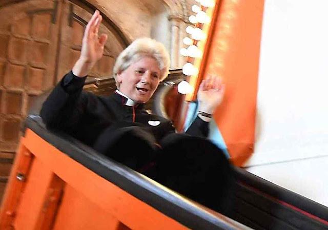 Pastor anglicano diz pregar desde o tobogã da catedral de Norwich