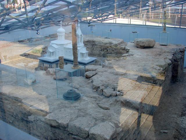 Музей под открытым небом - застеклённые останки старинной церкви