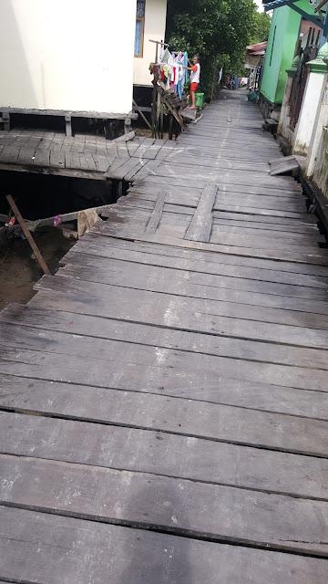jalan kayu menuju hutan bakau Margomulyo