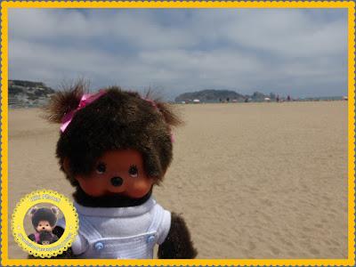 Diana la Monchhichi sur la plage de l'Estartit en Catalogne, devant les îles Medes
