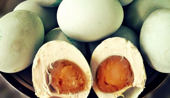 membuat telur asin
