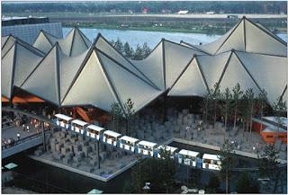 Minirail podczas wystawy EXPO'67 w Montrealu. Kolejka na tle pawilonu wystawowego [fot. źródło nr 5]