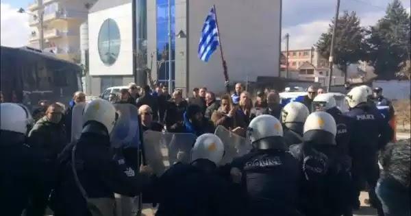 Eπεισόδια και επίθεση της ΕΛΑΣ με χημικά στην Πτολεμαΐδα σε ομιλία των Κ. Χατζηδάκη και Α. Γεωργιάδη (βίντεο)