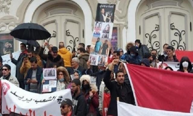 تونس: مسيرة تطالب بحل البرلمان في شارع الحبيب بورقيبة بالعاصمة