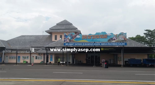 TIBA :  Foto yang saya ambil saat landing di Bandara Abdurachman Saleh Malang Jatim hari Rabu (23/1) siang.  Nah bandara Abdurachman Saleh Malang in adalah i bandara yang sederhana, tidak lebh besar dari Bandara Semarang (Jateng)