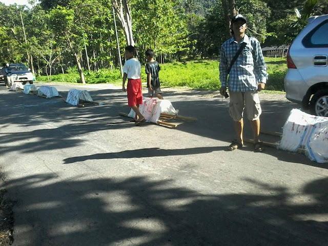 Tolak Eksekusi, Warga Sampoddo Jejer Keranda Mayat di Tengah Jalan Trans Sulawesi