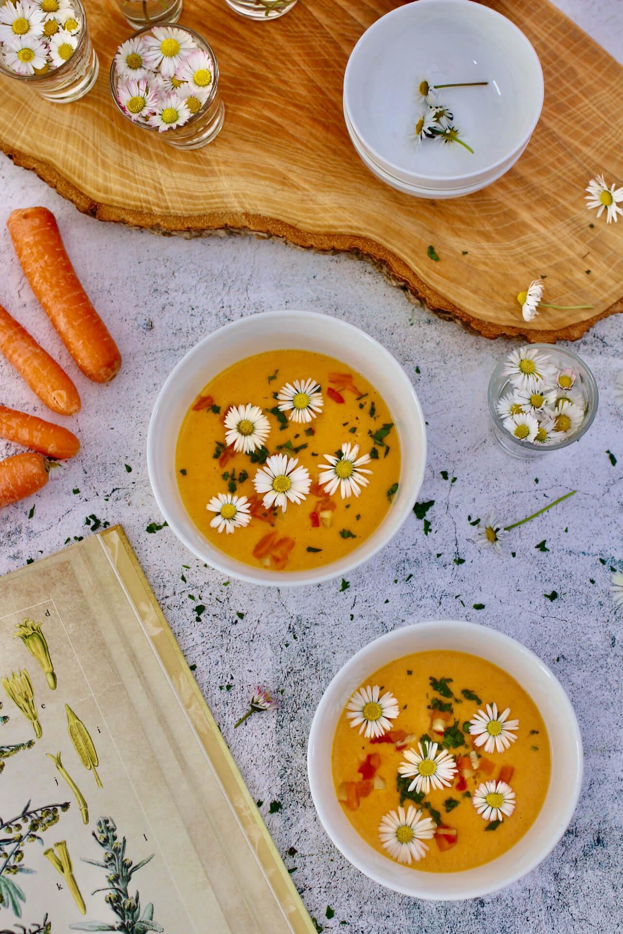 Karottensuppe mit Gänseblümchen