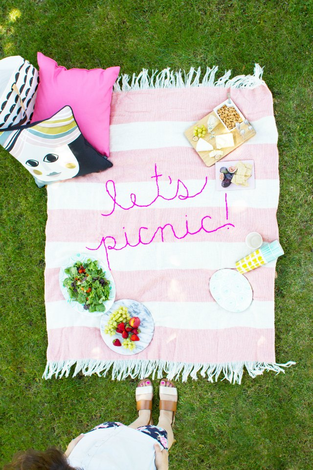Let's picnic! Love this DIY embroidered picnic blanket.