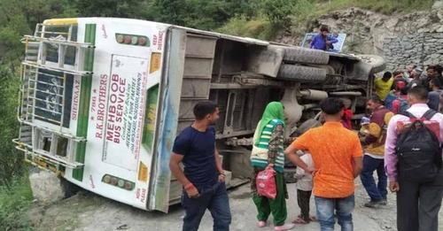 हिमाचल: अनियंत्रित होकर पलटी निजी बस, पांच लोग घायल