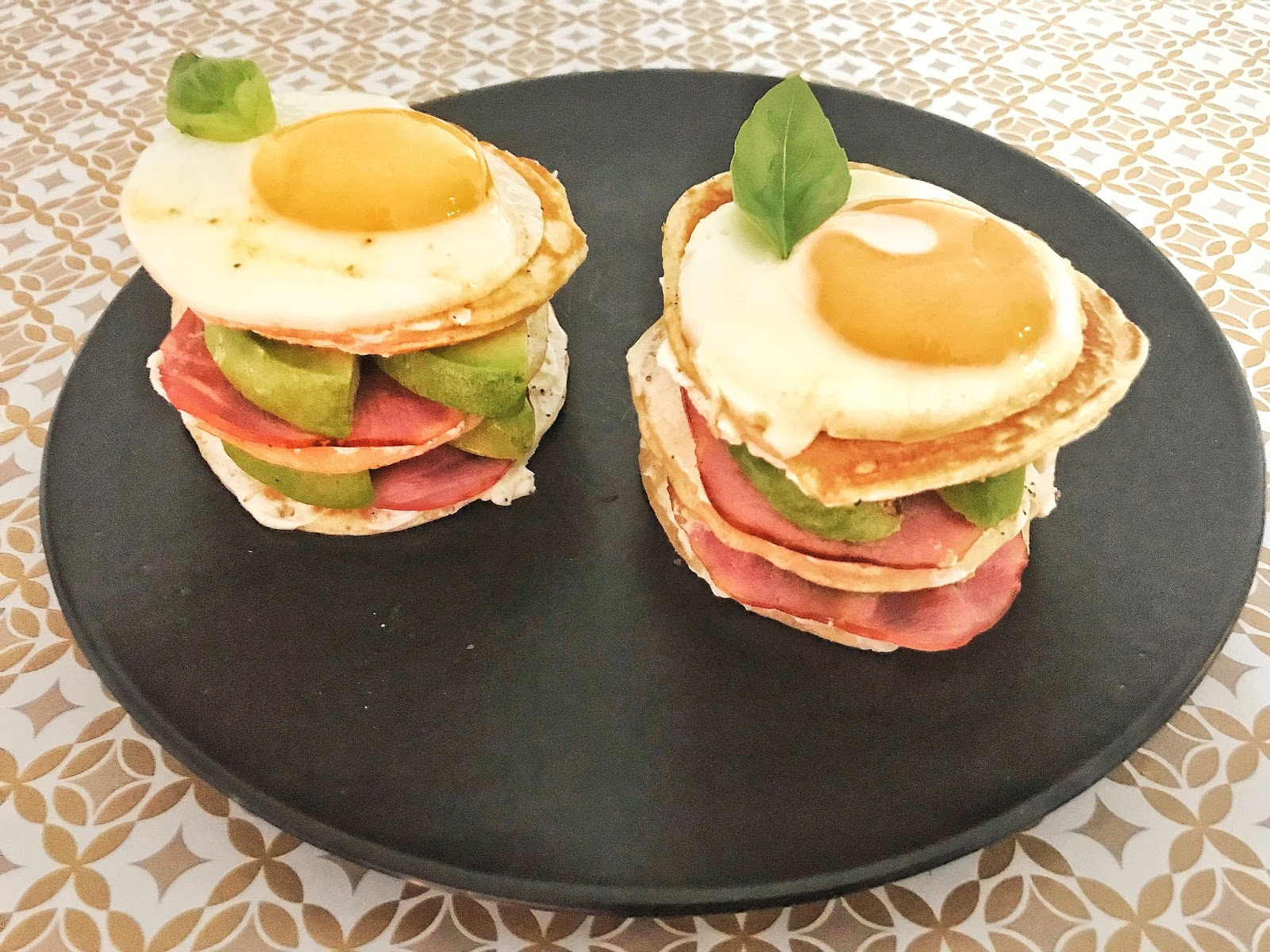 Burger Pancakes Avocat, Bacon et Oeuf