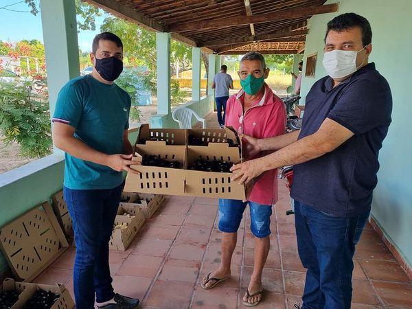 "A Prefeitura de Apodi, por meio da Secretaria Municipal de Agricultura, realizou na manhã de sexta-feira (30/07), a 11ª entrega do Programa ""Pinto Caipira""."