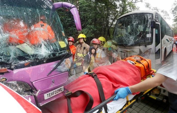 Tabrakan 2 Bus di Lantau Island,9 Penumpang Terluka dan dilarikan ke Rumah Sakit