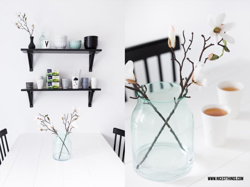 Mintfarbene Glasvase mit Magnolien