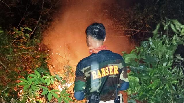 Banser Bersama Tentara di Singkawang Padamkan Kebakaran Hutan