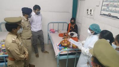 कोतवाली उरई पुलिस द्वारा गर्भवती महिला को प्रसव के लिए जिला महिला चिकित्सालय में भर्ती कराया       संवाददाता, Journalist Anil Prabhakar.                 www.upviral24.in
