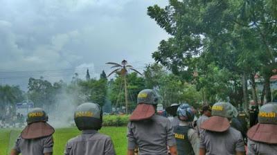 Tidak ketemu dibandara, massa cari keberadaan Fahri di kantor Gubernur Sulut