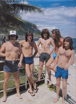 Fotografía de AC DC en la playa - 1985